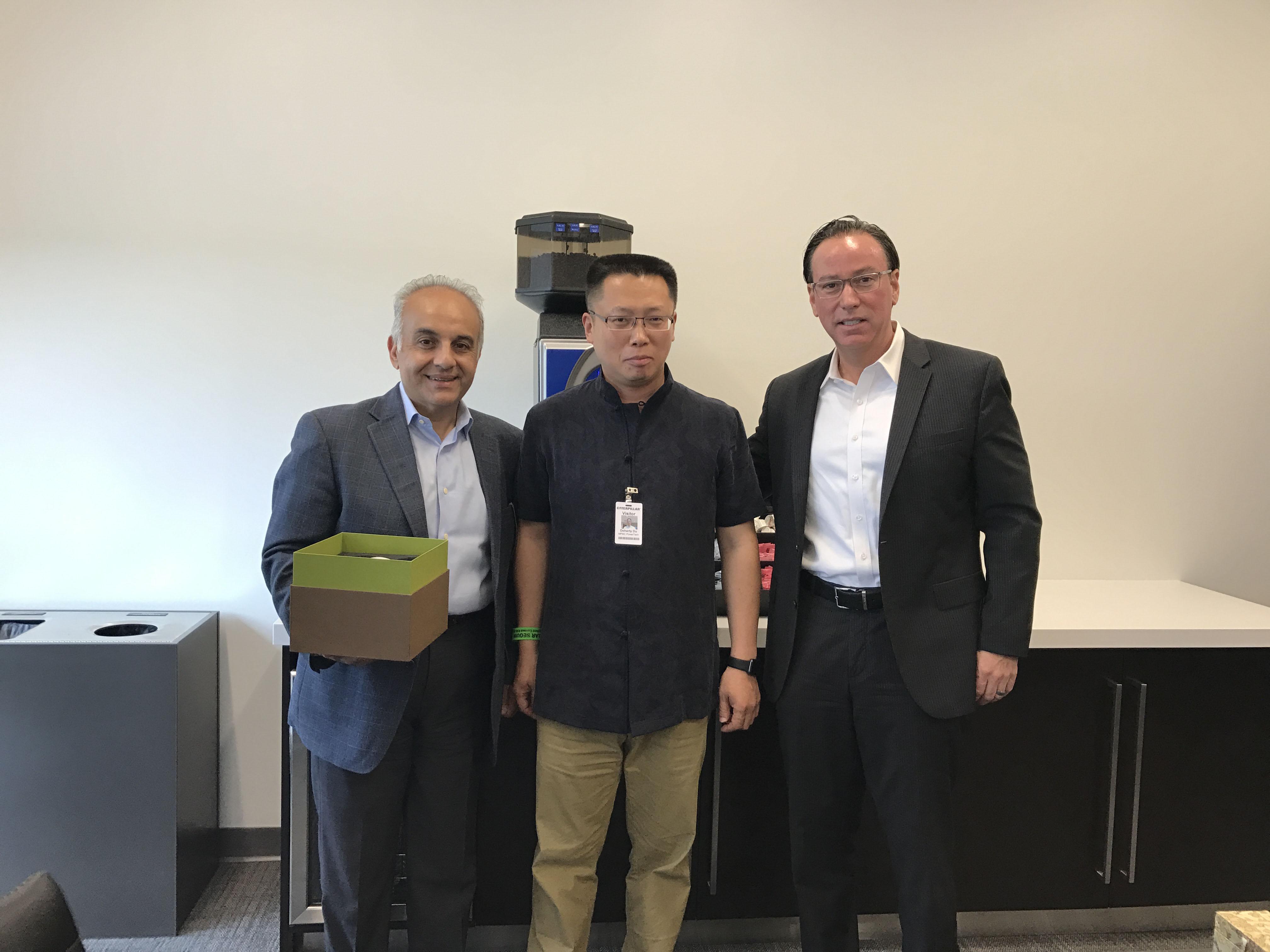珀金斯全球总裁MR.RAMIN YOUNESSI(左)和副总裁MR.CHRIS SNODGRASS(右)与首帆动力董事长杜剑峰先生合影
