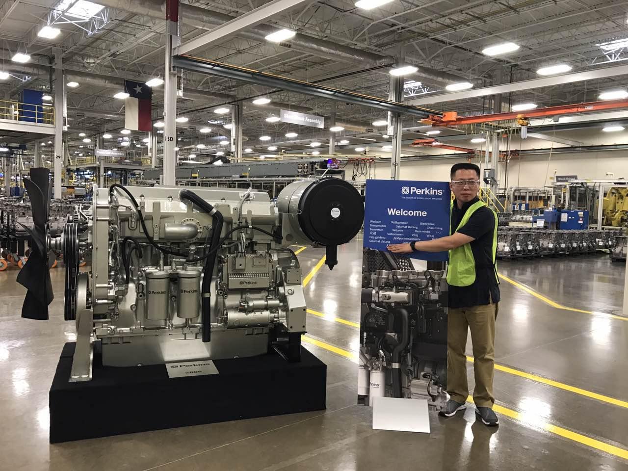 首帆动力董事长杜剑峰先生在美国卡特彼勒工厂与珀金斯发动机合影